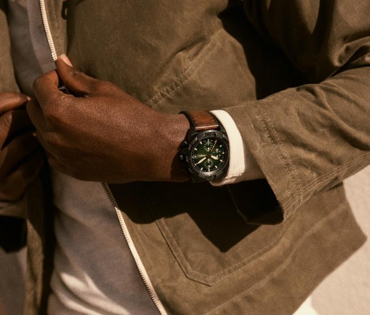 Stylisher Mann mit einer Fossil Uhr Bronson mit braunem Lederband in Used-Optik.