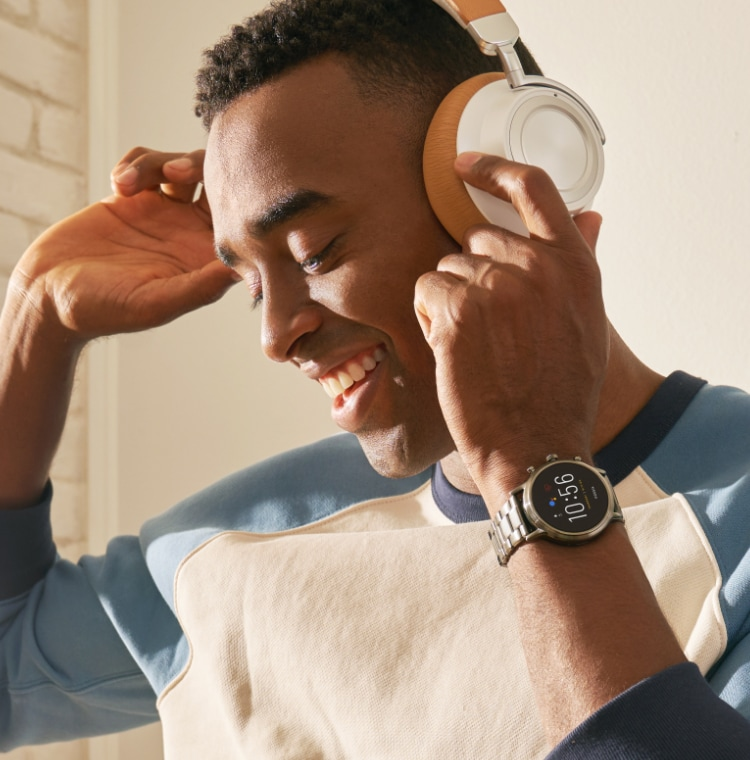 Man listening to music through his Fossil smartwatch's Bluetooth functionality.