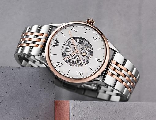 Une montre en acier inoxydable