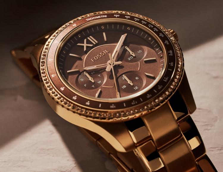 Stylishe Frau mit einer roségoldfarbenen Fossil Uhr Stella.